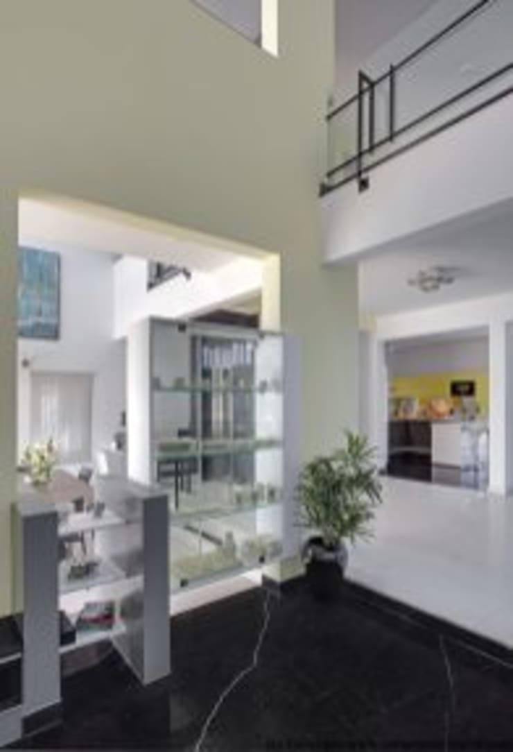 Striking House Interior Designs: 40×60, 4BHK:  Corridor & hallway by aaaa