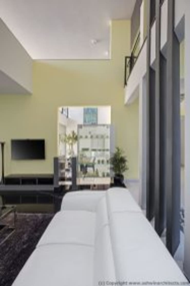 Striking House Designs: 40×60, 4BHK:  Living room by aaaa