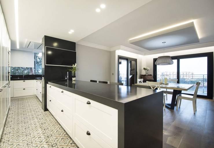 Встроенные кухни в . Автор – Luxiform Iluminación