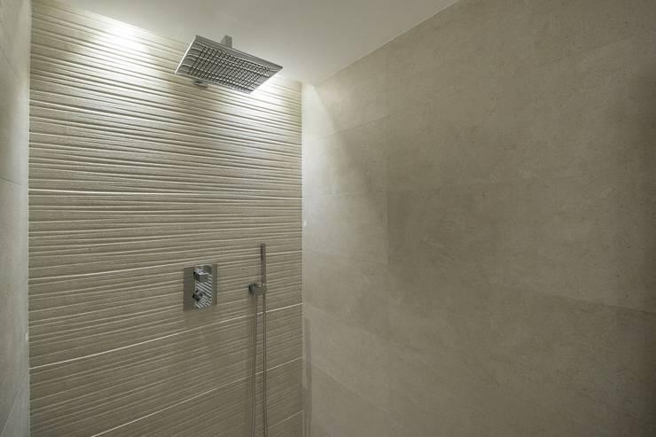 Salle de bains de style  par Luxiform Iluminación