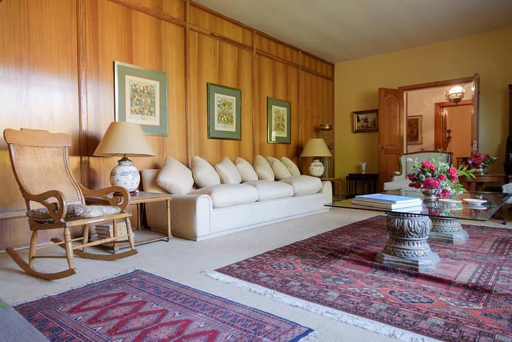 Elegante Casa Chilena · Casa Patronal Fundo San Juan, San Felipe, Chile.: Livings de estilo  por Francisco Vicuña Balaresque