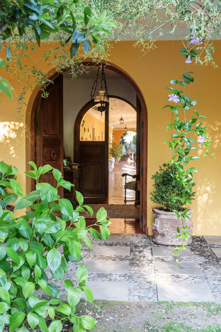 Elegante Casa Chilena · Casa Patronal Fundo San Juan, San Felipe, Chile.: Puertas de estilo  por Francisco Vicuña Balaresque