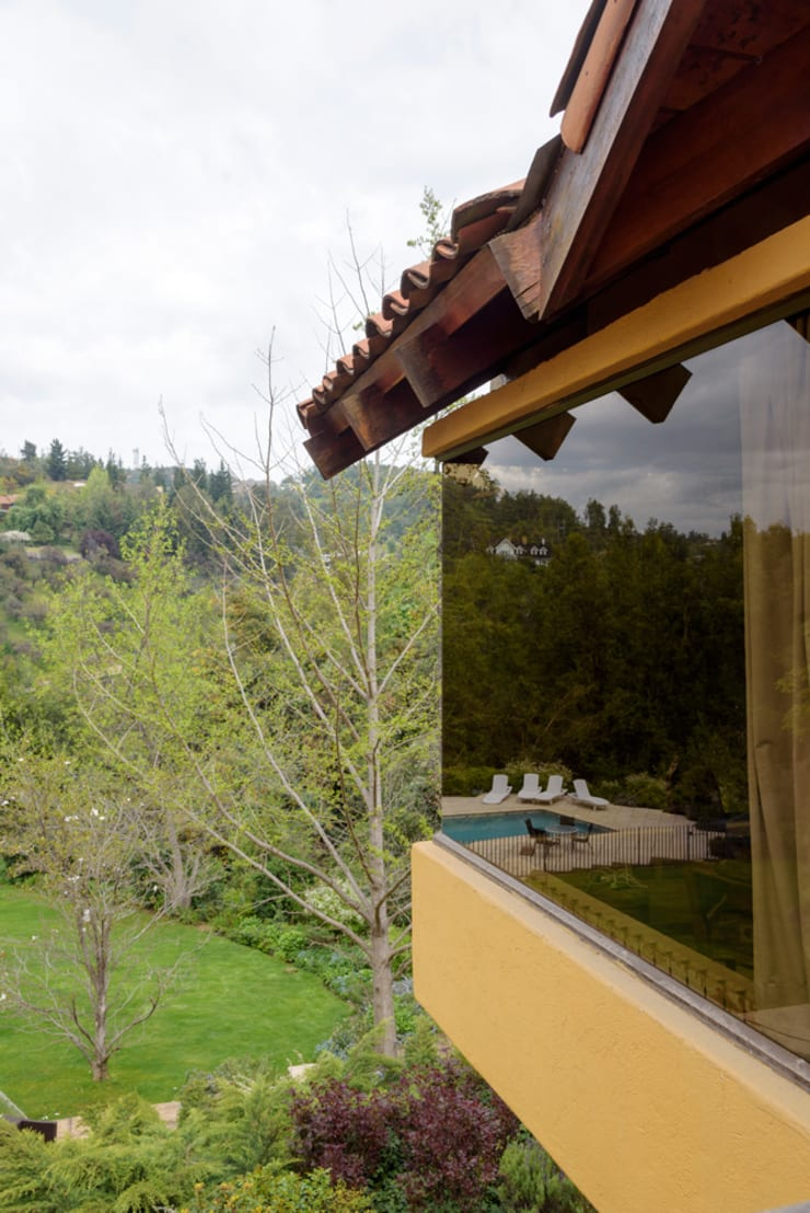 Hermoso Entorno · El Arrayán, Lo Barnechea, Chile: Ventanas de estilo  por Francisco Vicuña Balaresque
