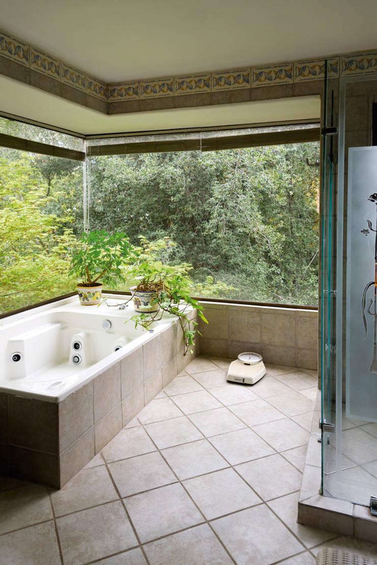 Hermoso Entorno · El Arrayán, Lo Barnechea, Chile: Baños de estilo  por Francisco Vicuña Balaresque