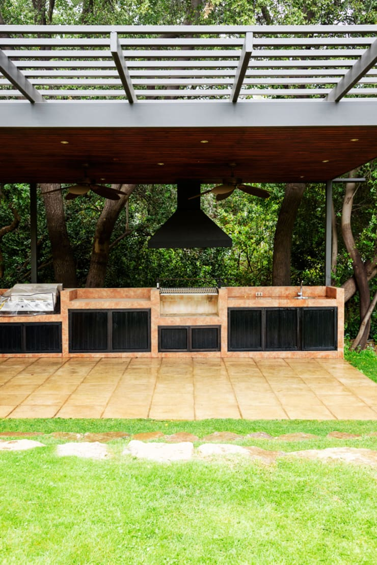 Hermoso Entorno · El Arrayán, Lo Barnechea, Chile: Terrazas  de estilo  por Francisco Vicuña Balaresque