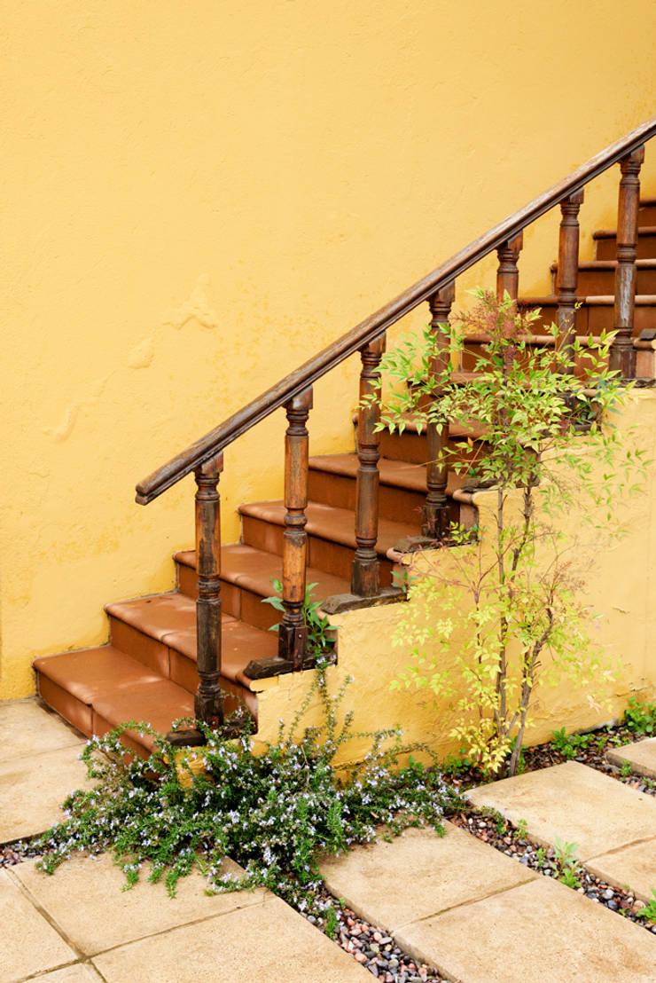 Hermoso Entorno · El Arrayán, Lo Barnechea, Chile: Escaleras de estilo  por Francisco Vicuña Balaresque