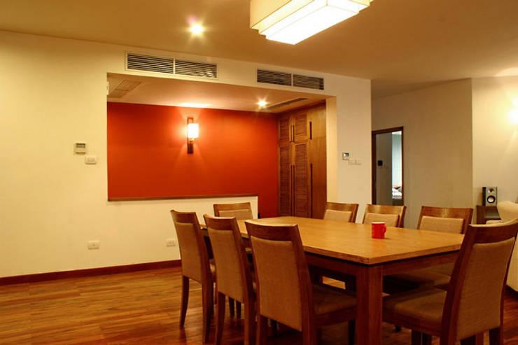 Bộ bàn ghế ăn khá lớn, đảm bảo phục vụ các bữa ăn của gia đình.:  Phòng ăn by Công ty TNHH Thiết Kế Xây Dựng Song Phát