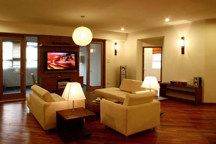 Phòng khách sang trọng với nội thất cùng tông màu với không gian nhà.:  Phòng khách by Công ty TNHH Thiết Kế Xây Dựng Song Phát