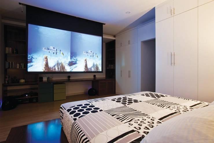 Gian phòng mang phong cách hiện đại sang trọng.:  Phòng ngủ by Công ty TNHH Thiết Kế Xây Dựng Song Phát