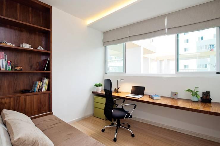 Góc làm việc rộng rãi hướng ra cửa sổ lớn thoáng đãng.:  Phòng ngủ by Công ty TNHH Thiết Kế Xây Dựng Song Phát