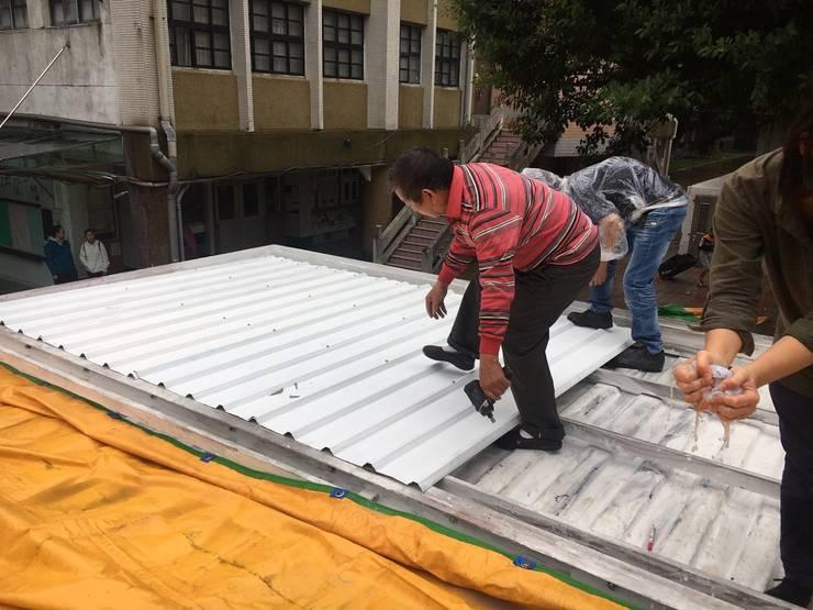 屋頂施工:   by 王家建築師事務所