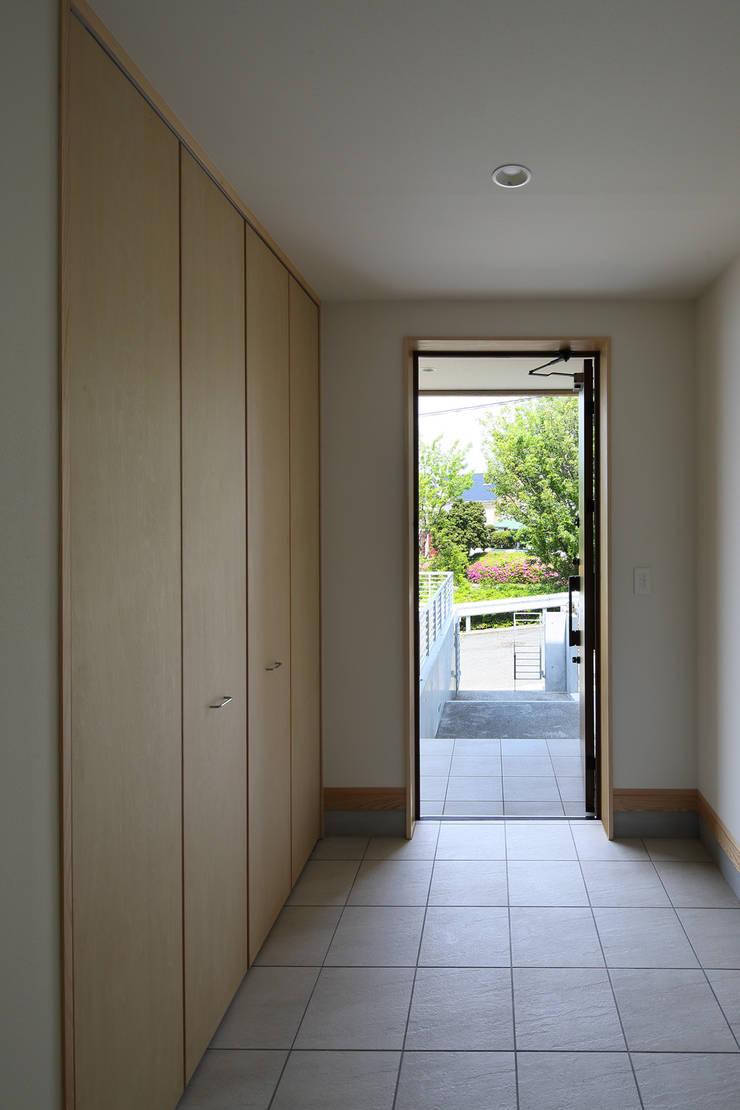 Corridor & hallway by アトリエdoor一級建築士事務所,
