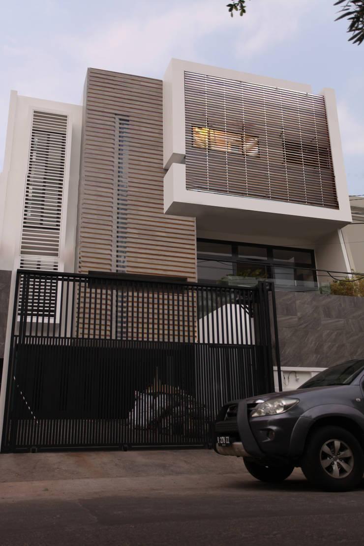 FACADE 2:  Rumah by ARAT Design