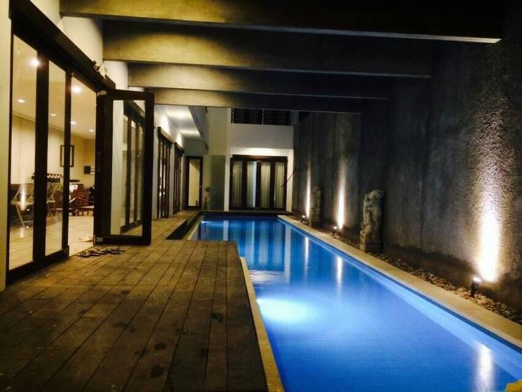 Swimming Pool:  Kolam Renang by ARAT Design