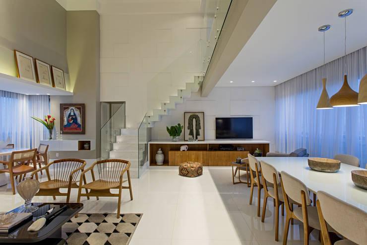 Apartamento Horto Florestal: Escadas  por Pires e Medeiros Arquitetura
