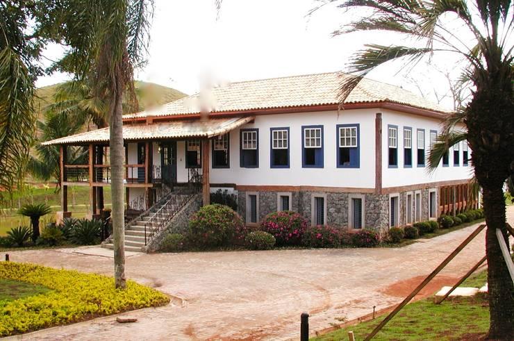 Casa de Fazenda: Casas do campo e fazendas  por Hérmanes Abreu Arquitetura Ltda