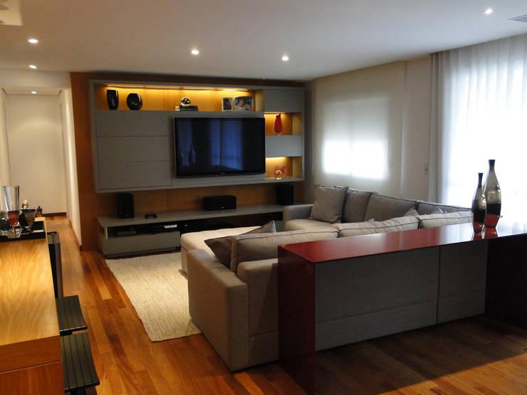 Apartamento MZ: Salas multimídia  por AM arquitetura e interiores
