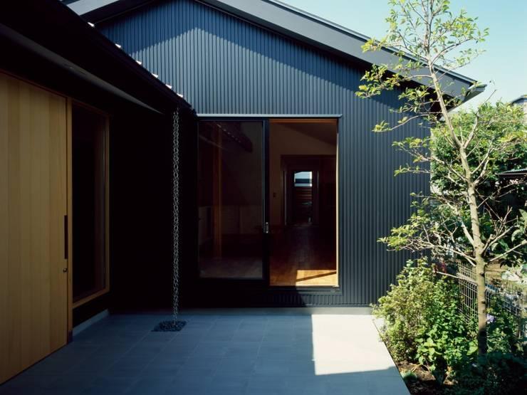 中庭のある平屋: 前田工務店が手掛けた木造住宅です。