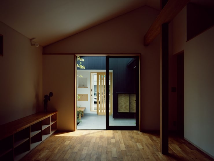 中庭のある平屋: 前田工務店が手掛けた書斎です。