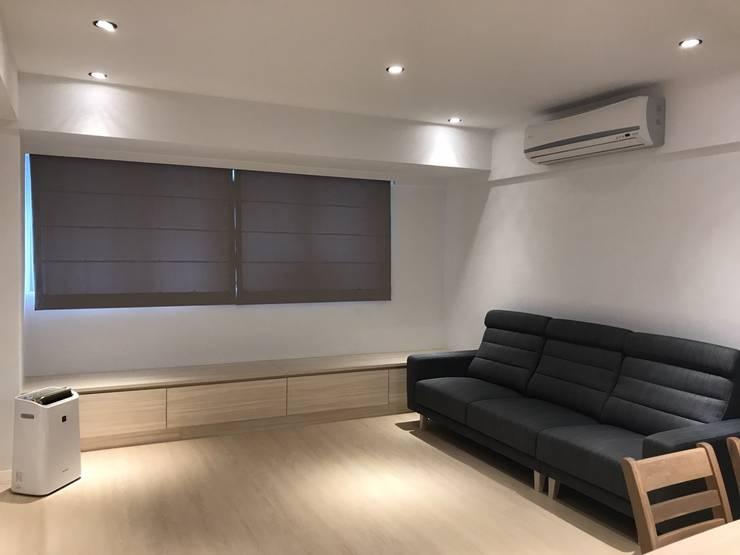 簡單的色彩 豐富的空間:  客廳 by 捷士空間設計
