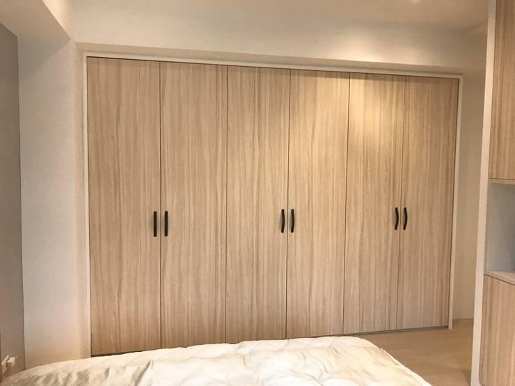 簡單的色彩 豐富的空間:  臥室 by 捷士空間設計