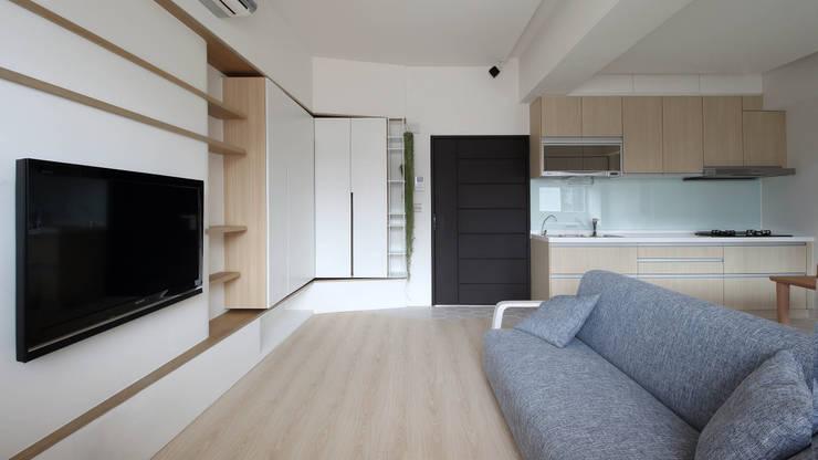 Living room by 樂沐室內設計有限公司