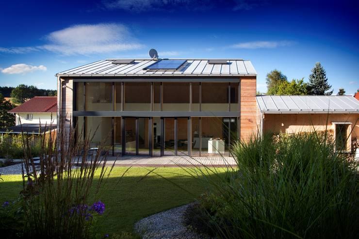 Kneer GmbH, Fenster und Türenが手掛けた一戸建て住宅