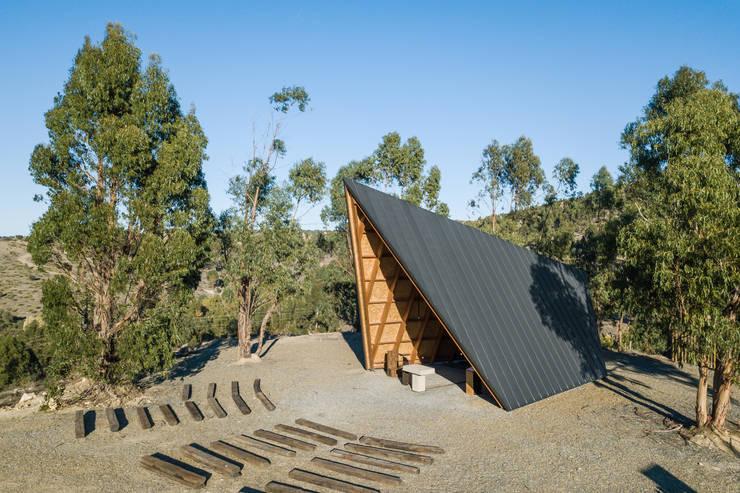 Capela de Nossa Senhora de Fátima: Telhados  por Plano Humano Arquitectos