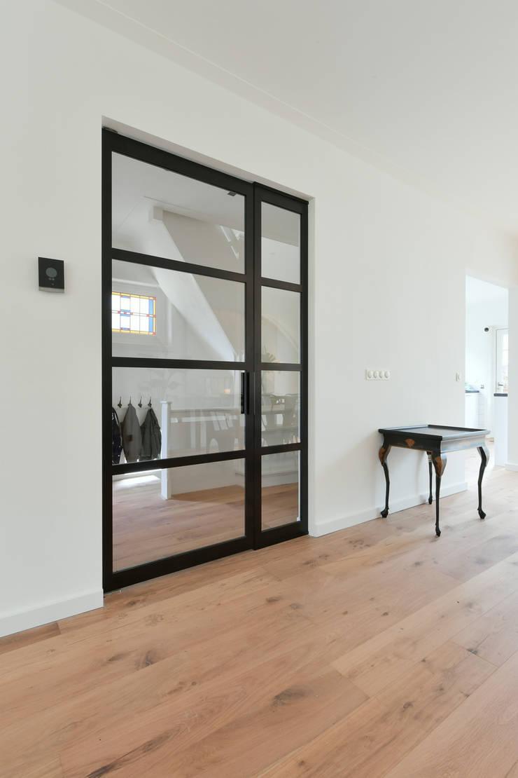 Skygate - Betaalbare stalen binnendeur - project Naarden: modern  door Skygate - Betaalbare stalen binnendeur, Modern Metaal