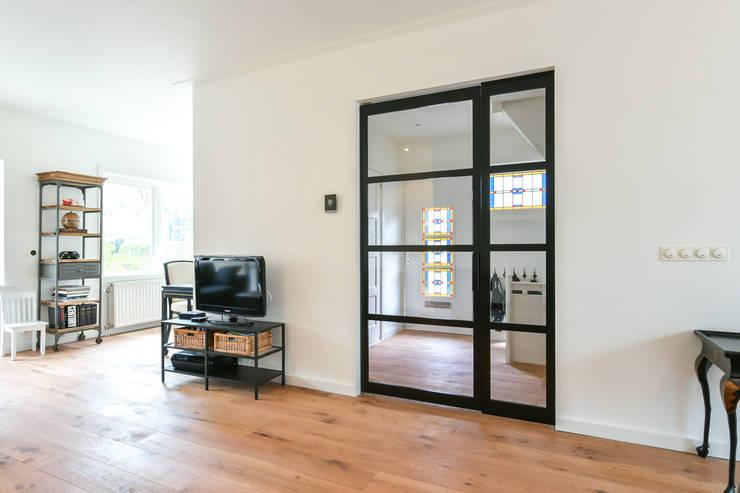 Skygate - Betaalbare stalen binnendeur - project Naarden:   door Skygate - Betaalbare stalen binnendeur, Industrieel Metaal