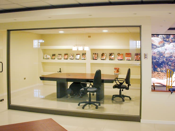 Vista de una de las salas de reunion: Estudios y biblioteca de estilo  por Piscinas Espectaculares