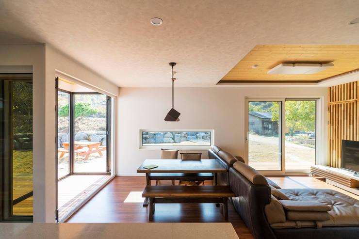 청양 농가주택 프로젝트: 적정건축의  다이닝 룸