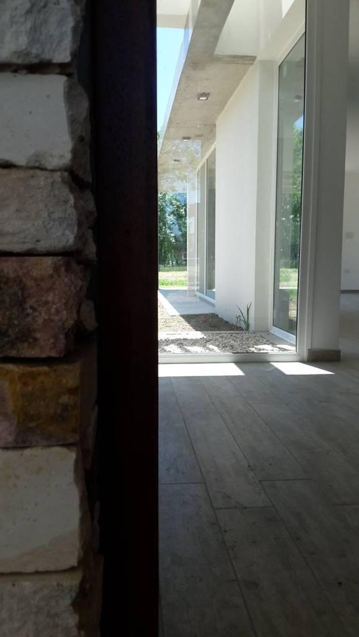 Vivienda M+S GB: Pasillos y recibidores de estilo  por Arquitectura Bur Zurita,