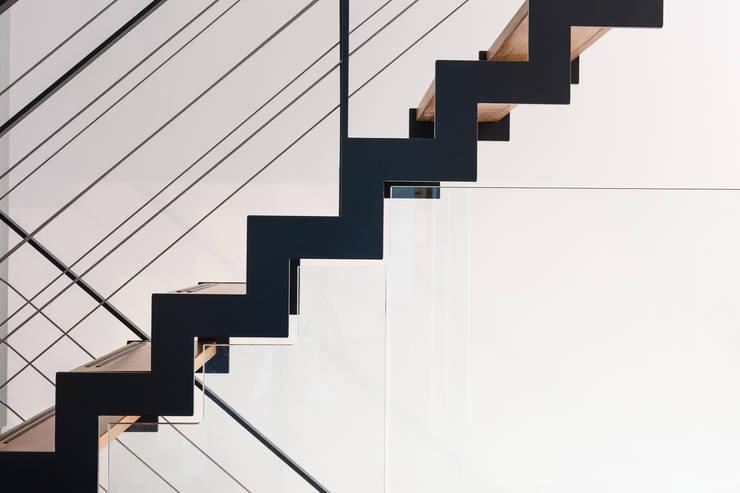 Aansluiting glazenbalustrade:  Gang, hal & trappenhuis door Bureau AAP