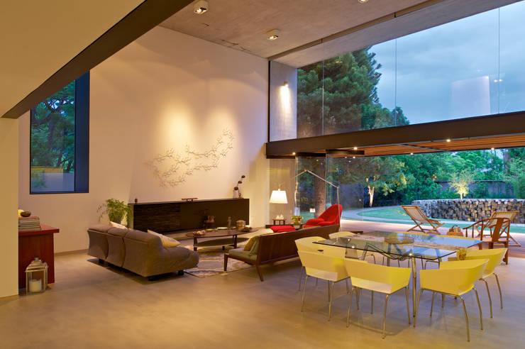 JACARANDAS HOUSE: Salas de estilo  por Hernandez Silva Arquitectos