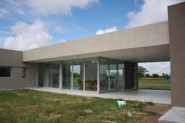 Fachada al parque: Casas de estilo  por Arquitectura Bur Zurita,