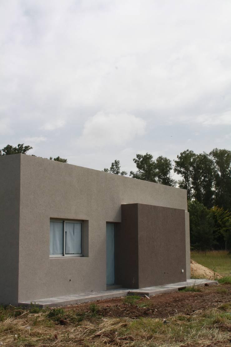 Fachada lateral: Casas de estilo  por Arquitectura Bur Zurita,