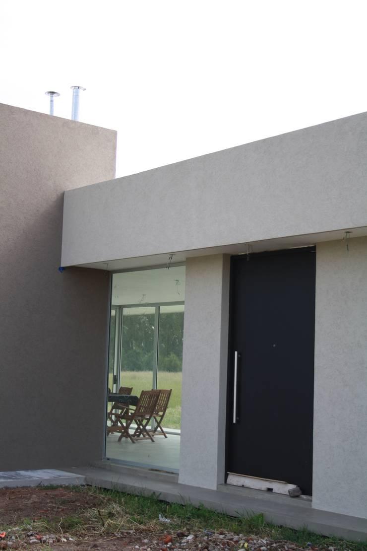 Acceso principal: Puertas de estilo  por Arquitectura Bur Zurita,