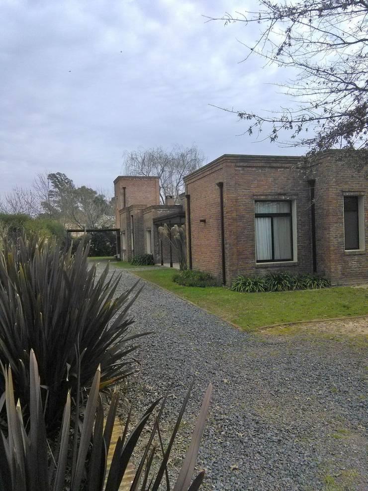 Casa de campo : Casas de campo de estilo  por Estudio Dillon Terzaghi Arquitectura - Pilar