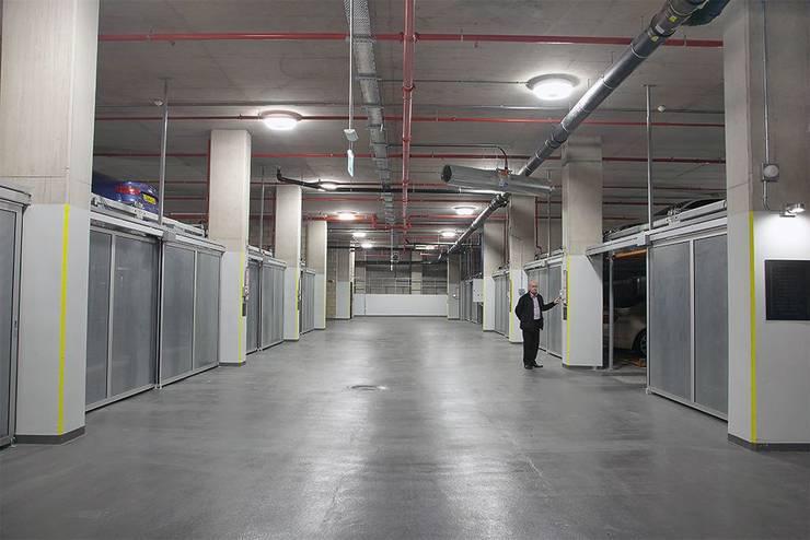 Sistema semiautomático TrendVario combinado Londres, Horseferry Road, Febrero 2014: Garajes de estilo moderno por KLAUS MULTIPARKING COLOMBIA