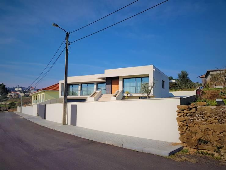 Maison individuelle de style  par Jesus Correia Arquitecto,