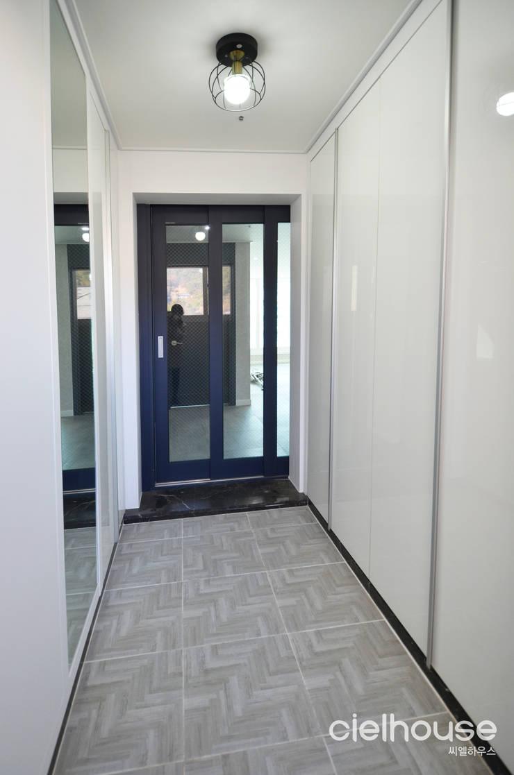 심플한 모노톤으로 바뀐 34평 아파트 인테리어: 씨엘하우스의  복도 & 현관,모던