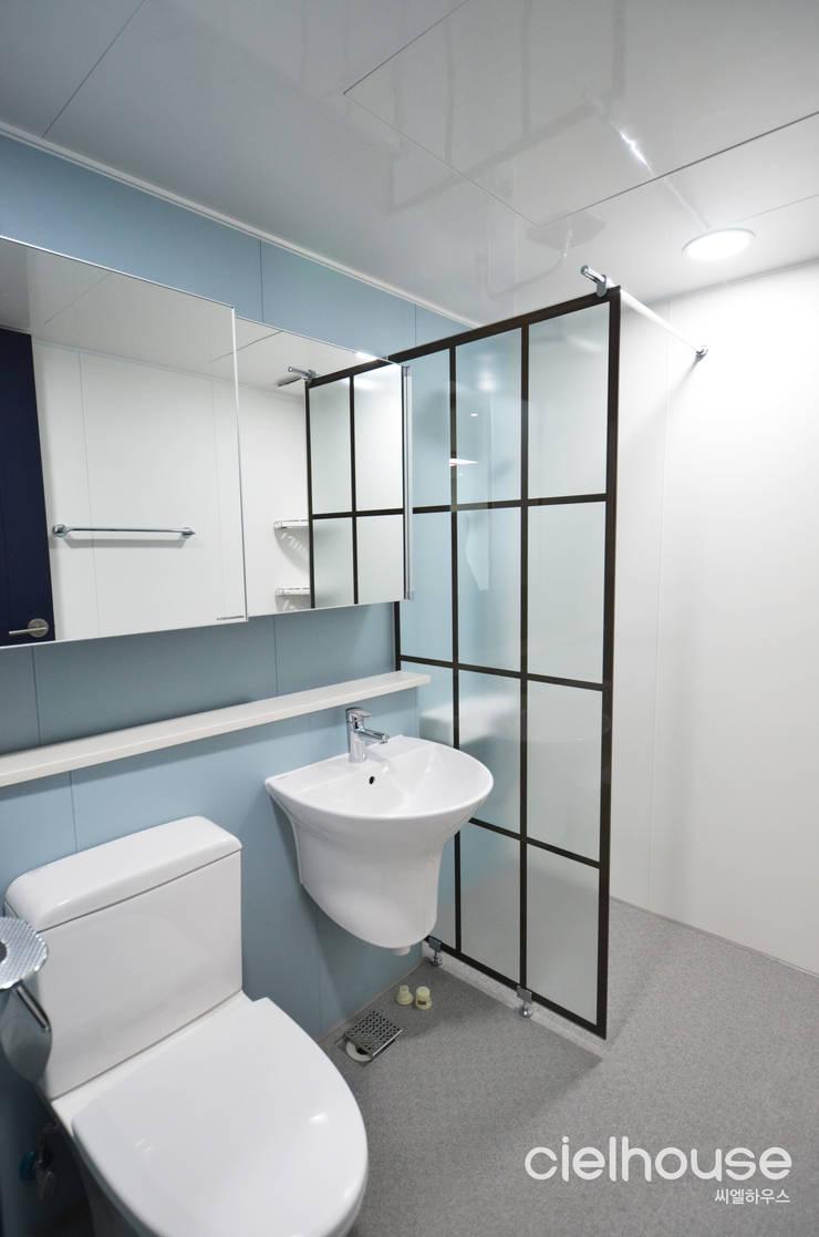 심플한 모노톤으로 바뀐 34평 아파트 인테리어: 씨엘하우스의  욕실,모던