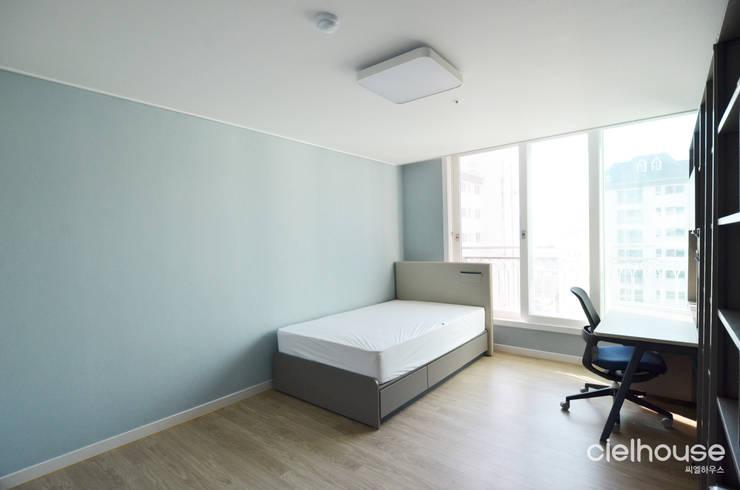 심플한 모노톤으로 바뀐 34평 아파트 인테리어: 씨엘하우스의  방,모던