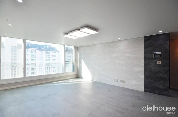 심플한 모노톤으로 바뀐 34평 아파트 인테리어: 씨엘하우스의  거실,모던