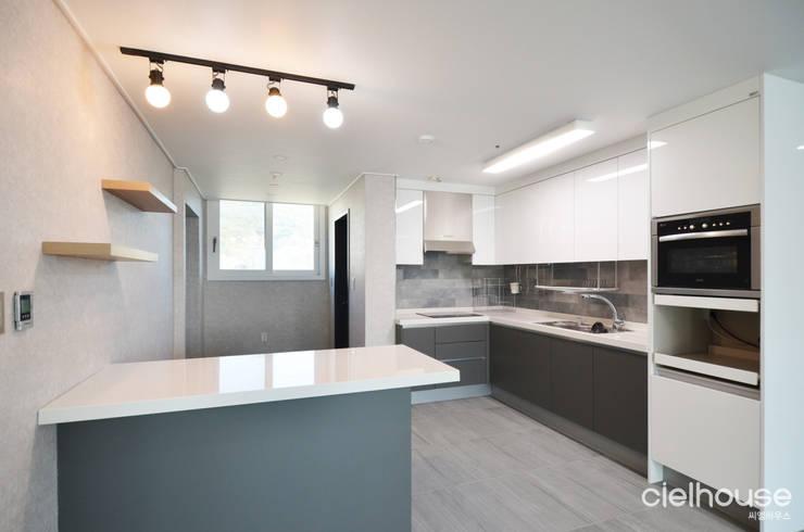 심플한 모노톤으로 바뀐 34평 아파트 인테리어: 씨엘하우스의  아이방,모던