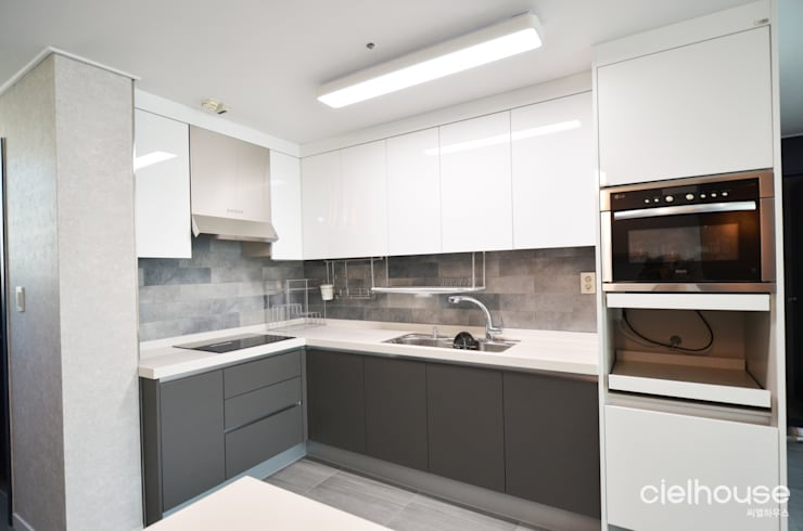 심플한 모노톤으로 바뀐 34평 아파트 인테리어: 씨엘하우스의  주방,모던