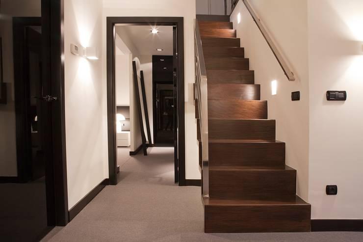 Proyecto de decoracion y ejecución de vivienda con Terraza en Loiu (Vizcaya), por Sube Susaeta Interiorismo: Escaleras de estilo  de Sube Susaeta Interiorismo