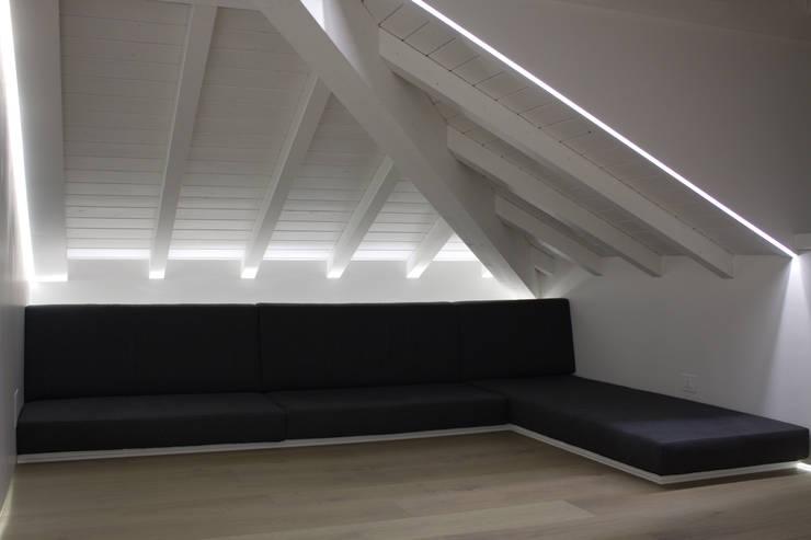 soggiorno: Soggiorno in stile in stile Minimalista di Giemmecontract srl.