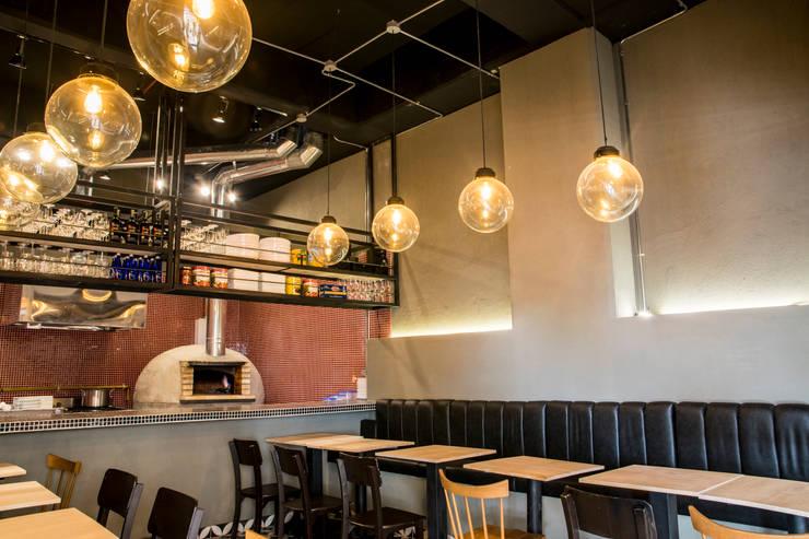 Pizzería La Roma: Locales gastronómicos de estilo  por CASA DINAMICA   Arquitectos de Interiores   Bogotá